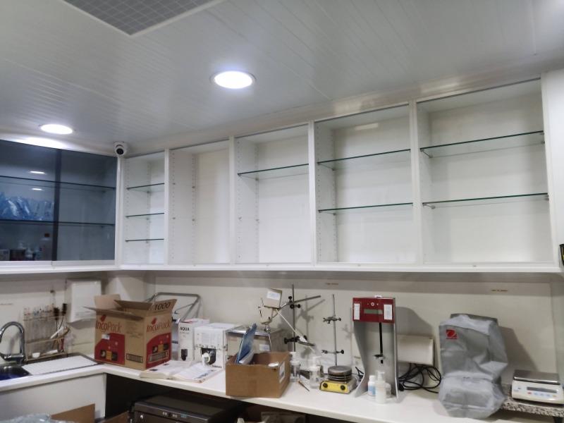 Montaje de secciones de farmacia laboratorio