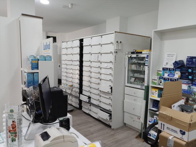 Montaje de cajones para el orden de medicamentos en farmacia