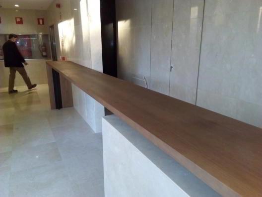 Mostrador montaje de mobiliario en hotel