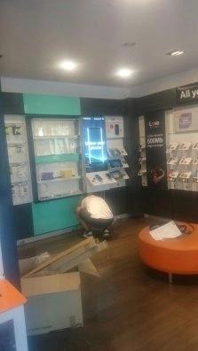 montando mobiliario en tiendas orange