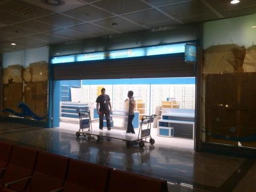 Montaje de mobiliario para franquicias en aeropuertos