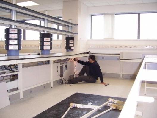 Montaje de mobiliario de laboratorio